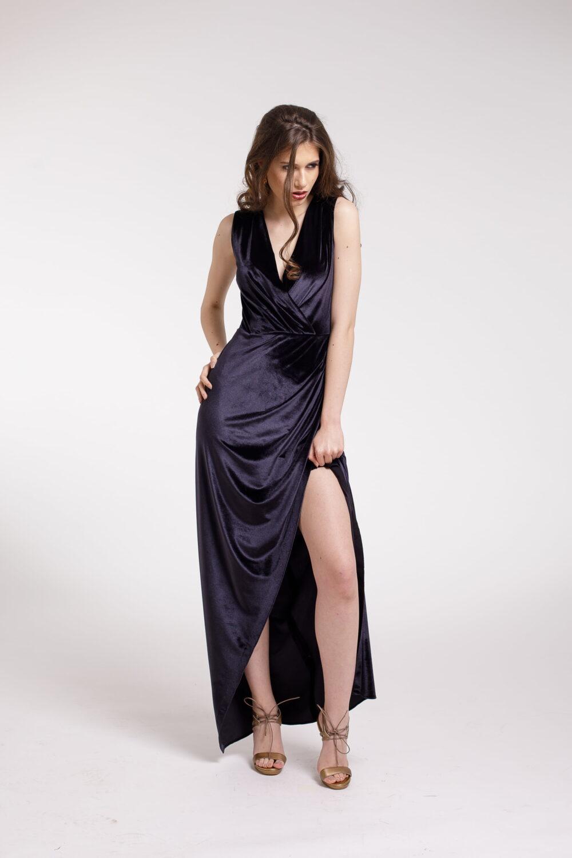 Rochie de seara lunga din catifea gri inchis si slit frontal