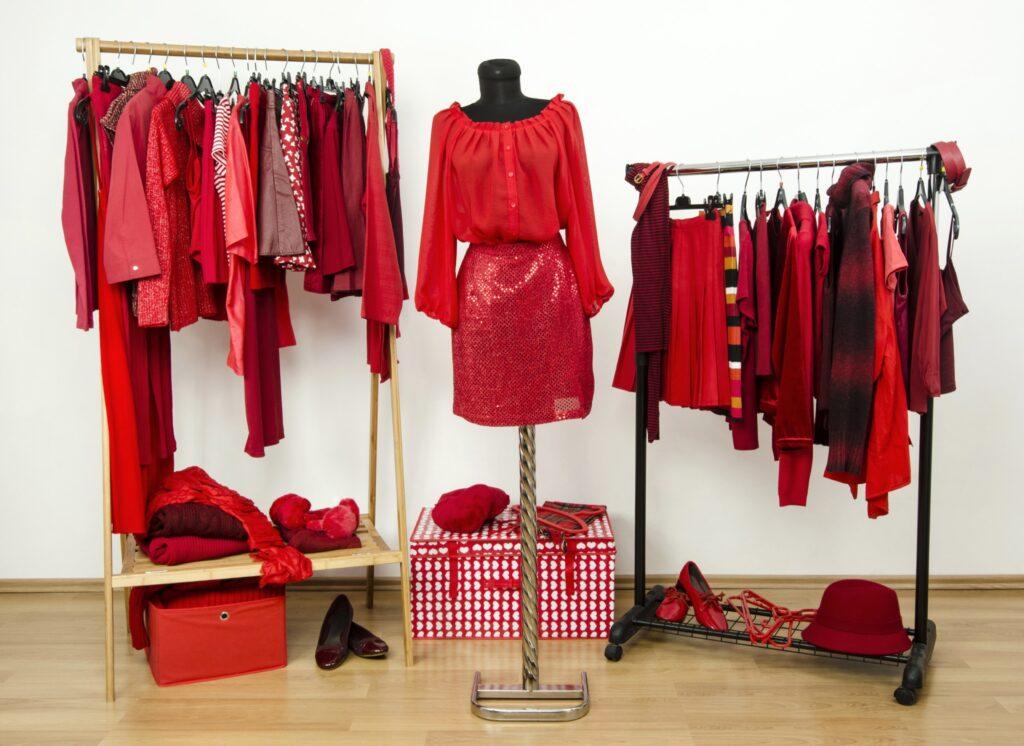 rosu in garderoba